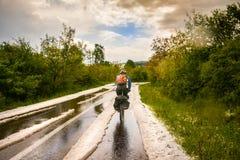 Radfahren durch Hagelkorn, nach einem Eisregen stockfoto