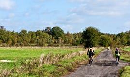 Radfahren entlang landwirtschaftliche Bahn Lizenzfreies Stockfoto