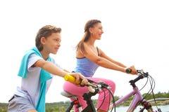 Radfahren mit Mutter Stockfoto
