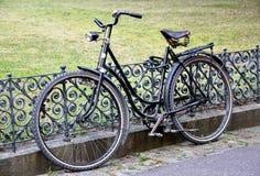 Radfahren ringsum die Schienen Stockfoto