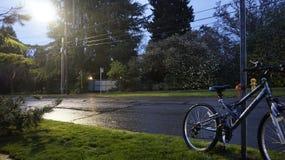 Radfahren in Seattle-Regen stockfotografie