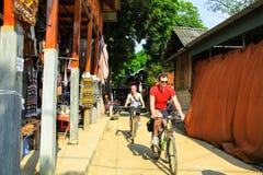 Radfahren um den Verbot-Gummilack, Mai Chau, Hoa Binh Stockfoto