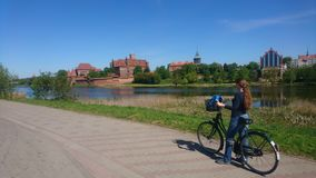 Radfahren um Malbork-Schloss Stockfotos