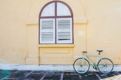 Radfahren und das Fenster des Altbaus als der Hintergrund Stockfotografie