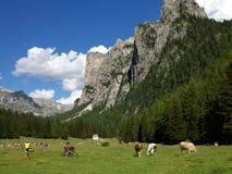 Radfahren und Wandern in den Dolomit Lizenzfreies Stockfoto
