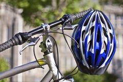 Radfahren unter Verwendung der Sicherheitsausrüstung Stockbilder