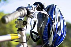 Radfahren unter Verwendung der Sicherheitsausrüstung Lizenzfreie Stockfotografie