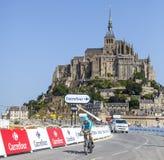 Radfahren vor Le Mont Saint Michel Stockfotos