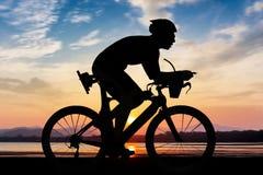 Radfahren zur Stranddämmerungszeit Stockbilder