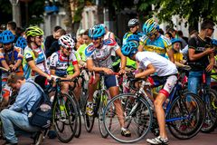 Radfahrenathleten besprechen das Rennen stockbild