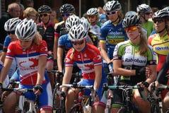 Radfahrendamen, die auf den Anfang warten Lizenzfreie Stockfotos