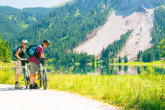 Radfahrende ältere Paare lizenzfreie stockfotos