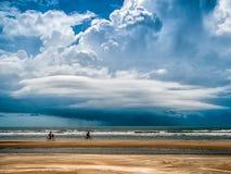 Radfahrender Spaß auf dem Strand stockfotos
