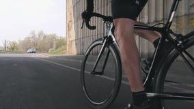 Radfahrenkonzept Starkes Bein mischt radelndes Fahrrad mit Radfahrerreitfahrrad aus dem Sattel heraus Nah oben Schuss folgen stock video footage