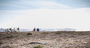 Radfahrentouristen, die eine Pause durch das Meer liest eine Karte in Yeu-Insel machen lizenzfreies stockfoto