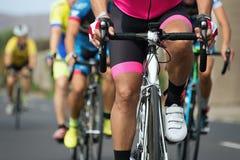 Radfahrenwettbewerb, Radfahrerathleten, die ein Rennen reiten Stockfotografie