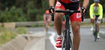 Radfahrenwettbewerb, Radfahrerathleten, die ein Rennen reiten Stockfotos