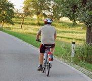 Radfahrer-Antrieb herauf den Hügel stockfoto