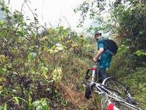Radfahrer auf überwuchertem Berg in Yangshuo stockbilder