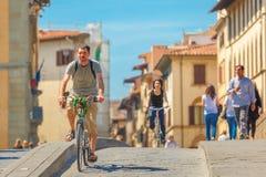 Radfahrer auf Brücke Santa Trinita, Florenz, Italien Lizenzfreie Stockfotos