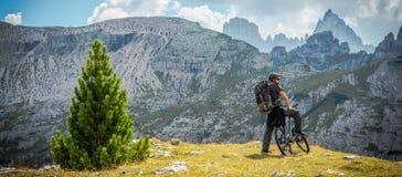 Radfahrer auf dem Gebirgspfad stockbild