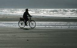 Radfahrer auf dem Strand Stockbilder