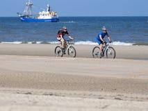 Radfahrer auf dem Strand von Zandvoort Lizenzfreie Stockfotos