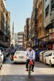 Radfahrer auf den Straßen von altem Dubai Lizenzfreies Stockbild