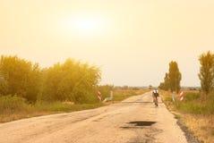 Radfahrer auf der Straße Lizenzfreie Stockfotos