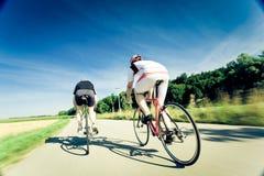 Radfahrer auf der Straße im Wald Lizenzfreie Stockbilder