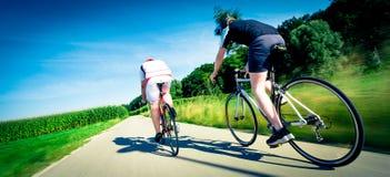 Radfahrer auf der Straße im Wald Stockbild