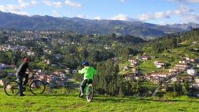 Radfahrer auf die Oberseite des Hügels mit Ansicht von Stadt Cuenca-Park von hellem oder von Mega Parque de la Luz stockfoto
