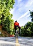 Radfahrer auf einem Rennfahrrad Lizenzfreie Stockfotografie