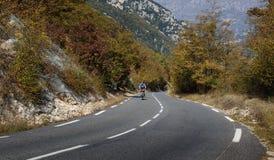 Radfahrer auf einer Gebirgsstraße im Albes-Maritimes Stockfotografie
