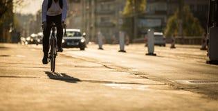 Radfahrer auf einer Stadtstraße stockbild