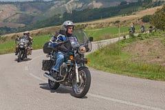 Radfahrer auf einer Weinlese Moto Guzzi Nevada lizenzfreies stockfoto