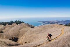 Radfahrer auf einspurigem Stockfoto