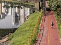 Radfahrer auf Fahrradweg nahe von Pinheiros-Fluss stockfoto