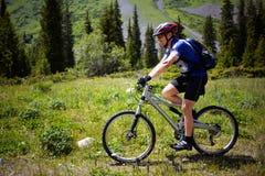 Radfahrer auf Fußweg in den Bergen Lizenzfreies Stockfoto