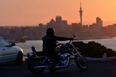 Radfahrer auf Motorrad Lizenzfreie Stockfotografie