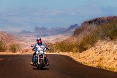Radfahrer auf Route 66 lizenzfreies stockbild