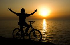 Radfahrer auf Sonnenuntergang. Stockbilder