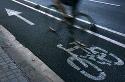 Radfahrer auf städtischem cyceway lizenzfreie stockfotos