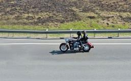 Radfahrer auf Zerhacker und seinem Fluggast Stockfotografie