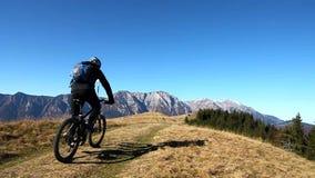 Radfahrer in den Bergen stock video footage