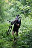 Radfahrer in den Bergen Stockfotos