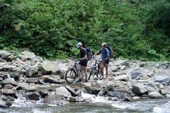 Radfahrer in den Bergen Stockbild