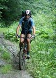 Radfahrer in den Bergen Stockfotografie