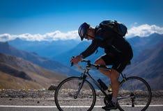 Radfahrer in den französischen Alpen Stockbild