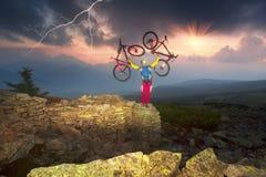 Radfahrer in den Herbstbergen Stockfotografie